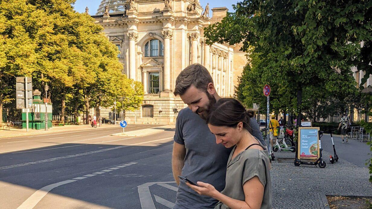 Paar spielt lialo Tour auf dem Smartphone