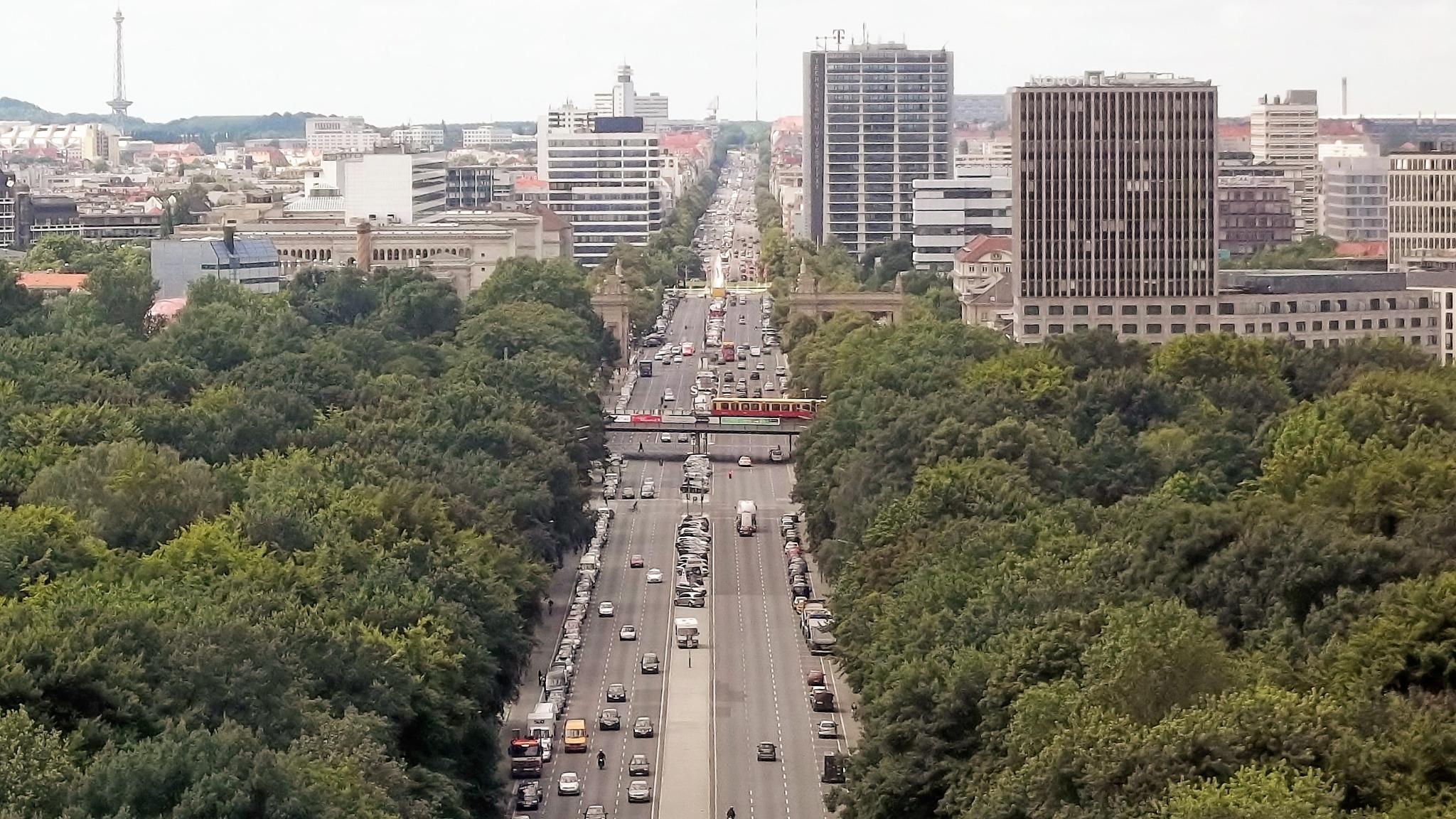 Blick von der Siegssäule auf Berlin und die Straße des 17. Juni